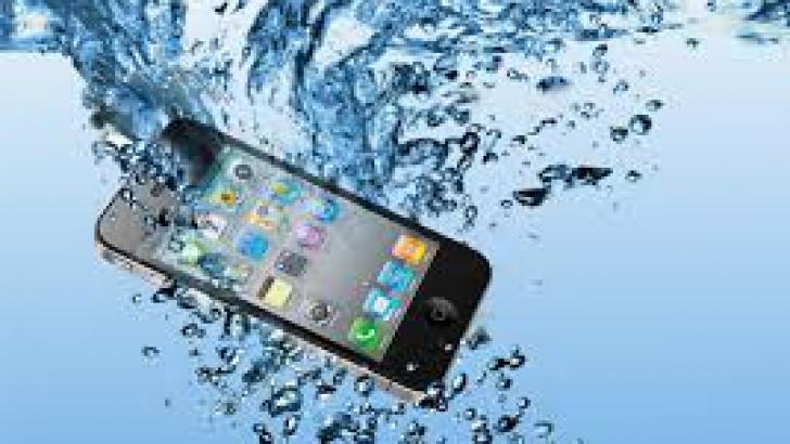 Cum salvez telefonul de la apa?