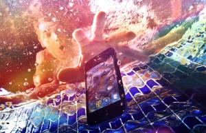 Cum se repara un telefon care a cazut in apa?